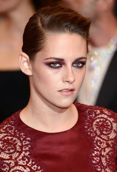 Deep red smoky eye shadow like Kristen Stewart's makes green eyes pop!