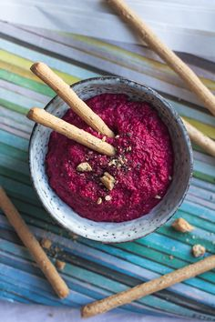 Rote-Bete-Meerrettich-Streich Pesto, Dips, Acai Bowl, Healthy Eating, Healthy Food, Fruit, Breakfast, Foodblogger, Teller
