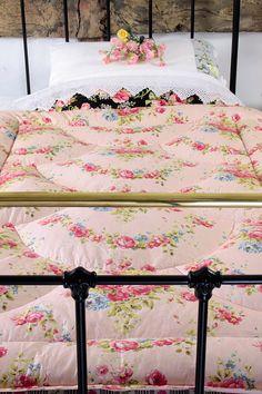 Vintage Home - Stunning Vintage Rose Garland Eiderdown.