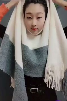 Aprenda a Customizar suas Roupas com Este Curso de Corte e Costura! Ways To Tie Scarves, Ways To Wear A Scarf, How To Wear Scarves, Scarf Tying Tutorial, Hijab Style Tutorial, Scarf Knots, Diy Scarf, Diy Fashion Hacks, Fashion Tips