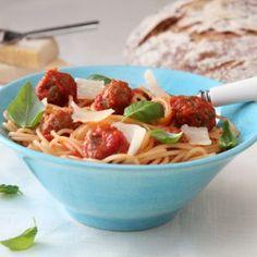 Spagetti med spicy kjøttboller og fyldig tomatsaus Frisk, Pasta Recipes, Spicy, Spaghetti, Food And Drink, Favorite Recipes, Snacks, Meat, Chicken