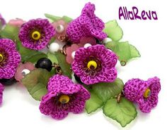 Beautiful flowers.  Must learn how to do this.  Would be cute for some tiny ones at the end of a simple necklace chain.