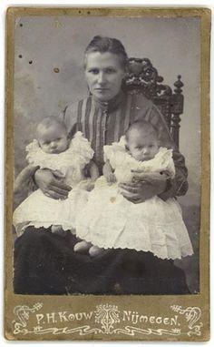 Photograph Kouw-Nijmegen .Maria Antoinetta, Wouters, geboren te Nijmegen, 8 Maart 1863. Eerste Communie gedaan 16 April 1874. Lid Vrouwencongr. H. Familie, 19 Maart 1884. Overleden September 1947. Gehuwd met mijn opa Johannes Wouterus Toussaint op 7 Februari 1888.