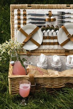 A beautiful picnic hamper ready to feed four people on a hot summer& Picnic Lunches, Picnic Foods, Plateau Charcuterie, Picnic Date, Fall Picnic, Romantic Picnics, Picnic In The Park, Tea Party, Summertime