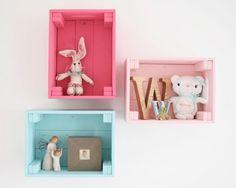 Eine normale Holzkiste kann zum Bücherregal, zur Auto-Garage und zum kleinen Kinder-Obststand werden. Die 5 besten IKEA KNAGGLIG Hacks für euch.