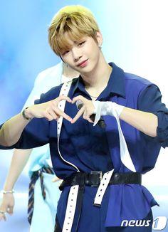 Wanna-One - Kang Daniel Produce 101 Season 2, Kim Jaehwan, Happy Pills, Ha Sungwoon, Jinyoung, Boy Groups, Rapper, Cinderella, Disney Characters