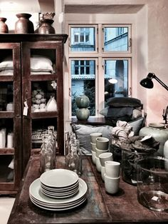 A new café Cousins has opened its doors in Copenhagen, it´s just across from the food market Torvehallerne. It a nice quiet spot in the busy city center. You can buy all you see in the shop. www.cousins.dk