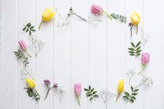 Superfície de madeira com flores decorativas Foto gratuita