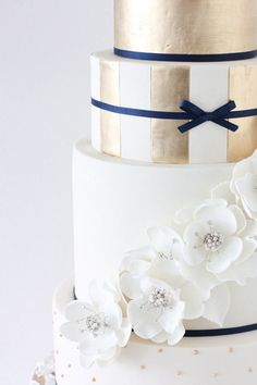 "2014 Winter ""HOT"" Cake Trends. Metallic Gold and White Flowers"