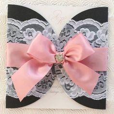 El encaje seguirá en las próximas temporadas como tendencia en las bodas and We Love It :-) Invitaciones de boda en color negro, rosa pálido y blanco. Wedding Invitations in pink, black and white.