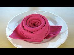 Servietten falten Rose: Eine einfache Tischdeko basteln. Eine einfache Art und Weise Servietten zu falten. Für diese Art Servietten zu falten darf die Serviette nicht klein sein. Ich habe bei dieser Anleitung eine Stoffserviette mit 50 cm x 50 cm verwen. Diy, Rose, Basteln, Blume, Einfache,
