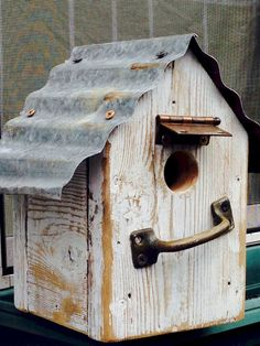 - Garden With Style - Elke Frederichs - Bird house tin roof. - Garden With Style Bird house tin roof. - Garden With Style - Wooden Bird Feeders, Wooden Bird Houses, Bird Houses Diy, Rustic Gardens, Unique Gardens, Bird House Plans Free, Zona Colonial, Birdhouse Designs, Birdhouse Ideas