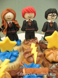 harry potter figures Some fondant figures Harry Potter Cupcakes, Bolo Harry Potter, Harry Potter Movies, Fun Cupcakes, Cupcake Cakes, Mini Cakes, Cupcake Toppers, Cupcakes Decorados, Party