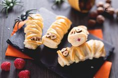 Un dolcetto di Halloween semplice e goloso? Le mummie dolci di sfoglia ai lamponi sono un'idea simpatica e fragrante!