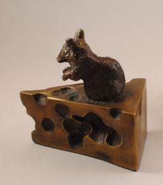 021325  Boekensteunen muis en kaas  Brons/messing  Hoogte 10 cm.