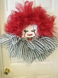 Scary Halloween Wreath, Halloween Clown, Scary Halloween Decorations, Diy Halloween Decorations, Creepy Clown, Holloween Wreaths, Dollar Tree Halloween Decor, Scary Halloween Parties, Pennywise Decorations