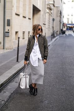 Camille Callen wears a grey jersey skirt with cute ankle boots and a khaki bomber jacket. Jacket: Sixth June, Shirt: Sheinside, Skirt: Boots/Bag: Clarks. Bomber Jacket Outfit, Green Bomber Jacket, Style Désinvolte Chic, Casual Chic Style, Simple Style, Business Casual Outfits, Casual Fall Outfits, Blouson Rose, Look Fashion