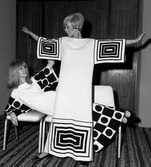 Op Art used geometric prints and patterns so that visual illusions could be created. Afterwards, Op Art was incorporated into clothes. Daily Fashion, Pop Art Fashion, Mod Fashion, Fashion Moda, Vintage Fashion, Fashion Photo, Fashion Ideas, Fashion Trends, Moda Retro