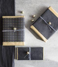 Weihnachtsgeschenke elegant verpacken! Mit der festlichen Jahreszeit wird es Zeit, sich nicht nur Gedanken um die Geschenke, sondern auch um die Geschenkverpackung zu machen! Hier zeigen wir Dir, wie Du ganz easy elegante und stilvolle Geschenkverpackungen zauberst. // Weihnachten Christmas Deko Advent Geschenkverpackung Ideen DIY Selbermachen Geschenk Winter Schwarz Gold Mann Freund Vater #Weihnachten #Christmas #Advent #Ideen #Geschenk #DIY #Selbermachen #Gold