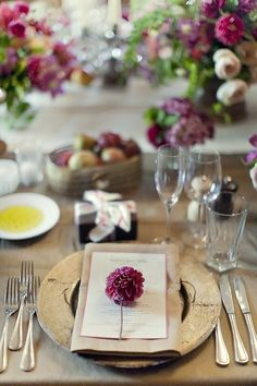 In love with this sweet & rustic table setting. Perfect for autumn with its dark plum and gold colors.