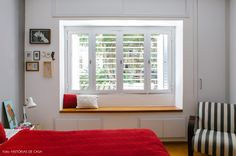 janela emoldurada por armários