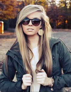 Side-swept bangs, gold jewelry and a comfy fall outfit are all we need. This lady is gorgeous
