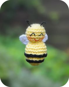 Free Crochet Pattern for a super cute crochet bee! Crochet Fox, Crochet Gratis, Crochet Amigurumi, Cute Crochet, Amigurumi Patterns, Crochet For Kids, Crochet Animals, Crochet Dolls, Knitting Patterns