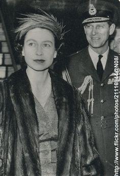 Queen Elizabeth arrives at Paris DATE:April 9 1957 D:Queen Elizabeth starting her visit in France /original photo Queen Liz, Queen Elizabeth Ii, Prinz Philip, Royal Family Trees, Royal Uk, Her Majesty The Queen, Queen Of England, Queen Mother, Elisabeth