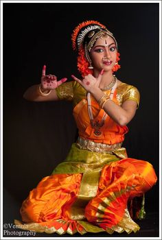 She is stunning in Indian classical dance outfits with flute pose. Folk Dance, Dance Art, Bollywood, Indian Classical Dance, Pin Up, Dance Poses, Dance Fashion, Dance Photography, Just Dance