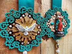 escapulario de porta - Pesquisa Google Diy Crafts For Gifts, Crafts To Make And Sell, Arts And Crafts, Christmas Diy, Christmas Wreaths, Christmas Ornaments, Diy Furniture Projects, Sewing Projects, Faith Crafts