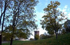 Vieläkin pystyssä oleva punatiilinen torni sijaitsi Siperia-nimisen varastorakennuksen päädyssä ja Siperia taas jääkellarin päällä [Helsingin kaupungin aineistopankki]
