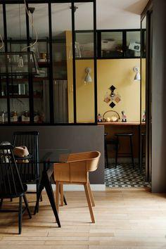 Laure Marie et Thomas, Louise 8 ans, Jeanne 6 ans - The Socialite Family Cosy Kitchen, Glass Kitchen, Kitchen Layout, Rustic Kitchen, Kitchen Design, Kitchen Decor, Stylish Kitchen, Glass Panel Wall, Espace Design