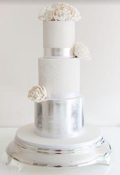 El blanco y el color plata decoran una tarta de lo más elegante