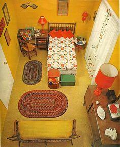 Imagen de un interior de los años setenta, en los que se usaba mucho el contraste de colores y elementos, así como la paleta de colores cálidos rojo/naranja/amarillo.  #Esmadeco.