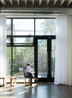 buis(leidingen)+gordijn: modern front room