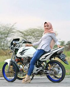 Hijab Fashion, Women's Fashion, Drag Bike, Scooter Girl, Lady Biker, Beautiful Hijab, Bikers, Cars And Motorcycles, Allah