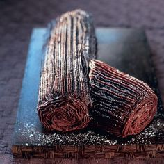 Mary Berry's perfect Christmas chocolate log recipe - - Not a fan of Christmas pudding? Try this decadent chocolate log alternative, from the queen of British baking, Mary Berry. Christmas Yule Log, Christmas Treats, Christmas Parties, Christmas Recipes, Christmas Time, Christmas Cakes, Christmas Meal Ideas, Holiday Recipes, Christmas Afternoon Tea