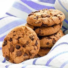 COOKIES WITH CHOCOLATE Sweet time is here! Today I bring you a special recipe for those with a sweet tooth. These chocolate chip cookies a. Biscuit Cookies, Cupcake Cookies, Cookies Receta, Basic Cookies, Choco Chips, Special Recipes, Homemade Chocolate, Chocolate Chip Cookies, Love Food