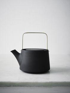 anna lerinder | black teapot.