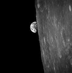 """Mit eigenen Augen:  Was zuvor nur einer Mondsonde gelungen war, fing der Astronaut Frank Borman während der """"Apollo 8""""-Mission im Dezember 1968 persönlich mit der Kamera ein: den Blick auf die hinter der Mondoberfläche erscheinende Erde. Es war das erste Foto, das je ein Mensch aus dieser Perspektive machte. Da spätere Farbaufnahmen allerdings spektakulärer wirkten, blieb dieses Schwarzweißansicht lange unbekannt."""