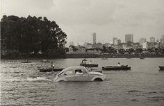 Um Fusca em pleno lago do Ibirapuera (acompanhado de barcos a remo). | 23 fotos que mostram São Paulo como você nunca viu