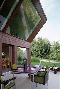 This prefab house with two floors on the Swiss countryside was built taking into account the inhabitants need for privacy and light. FOVEA Architects integ