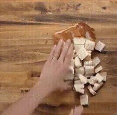 Ленивые шоколадные пирожные  Хлеб  нарезать кубиками. Запекать при 175°С 5 мин. Смешать бананы-4 шт., яйца-3 шт., молоко-1 ст., корицу-1 ч.л., ваниль-2 ч.л., хлебные сухарики, шоколадные чипсы. Выпекать при 175°С 20 мин. Приятного аппетита!