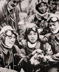 En esta imagen se encuentra Yukio Araki (17 años) sosteniendo a un cachorrito. Araki y el resto de estos jóvenes pertenecían al 72º Escuadrón Shinbu. Yukio Araki murió a la edad de 17 años y 2 meses en un ataque suicida a barcos estadounidenses cerca de Okinawa el 27 de Mayo de 1945.