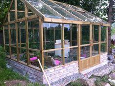 Växthus i trä tryckt eller småländsk lärk och 4 mm floatglas. detta är ett växthus som står pall för rejäla vindar och mycket snö. lösningar som jag ej sett på andra växthus. så vill ni ha ett växthus som är ett riktigt träväxthus så kolla lite när...
