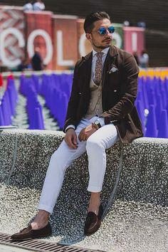 茶ダブルジャケット×ホワイトパンツ×タッセルローファー茶 | メンズファッションスナップ フリーク | 着こなしNo:115584