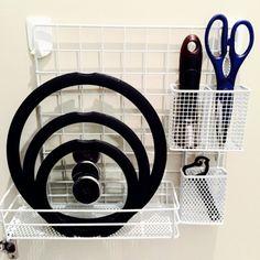 """どこの100円ショップでも手に入る""""ワイヤーネット""""はあらゆる場所の収納やDIYに大活躍する万能なアイテムです!「ワイヤーネットってどう使っていいのかよく分からない」と今まで使っていなかった方。もったいないですよ!みんなのワイヤーネットを使ったインテリア実例60つをご紹介します! Kitchen Organization, Organization Hacks, Kitchen Storage, Storage Spaces, Storage Ideas, Kitchen Cabinet Layout, Home Hacks, Creative Home, Wine Rack"""