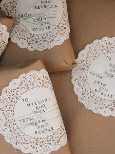 papier kraft et napperons en papier pour emballer les cadeaux d'invités