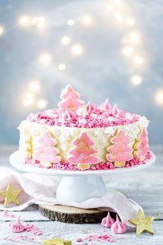 Hier findest du ein Rezept für eine Schneetorte mit einer cremigen Füllung aus Sahne, Mascarpone und Preiselbeeren #weihnachtstorte #weihnachtskuchen Winter Torte, Snow Cake, Sweet Bakery, Happy Foods, Vanilla Cake, Cupcakes, Baking, Dinner, Desserts