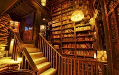 На такую библиотеку я, конечно, не претендую, но кабинет с книжными полками нужен обязательно!